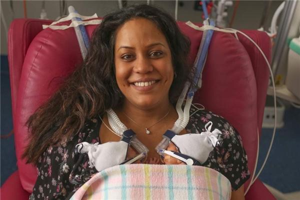 Chị Anthea Jackson-Rushford và cặp thiên thần nhỏ vừa chào đời.(Ảnh: Internet)