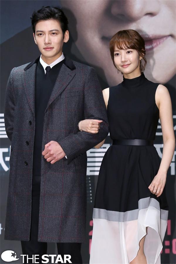 Cặp đôi Healer Ji Chang Wook – Park Min Young nhận được sự ủng hộ nhiệt tình của khán giả nhờ ngoại hình đối lập. Bờ vai của nam diễn viên mang đến cảm giác mạnh mẽ, ấm áp cho người xem.