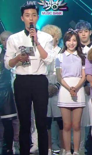Không chỉ sở hữu chiều cao 1,85m nổi bật, Park Seo Joon còn khiến phái nữ bên cạnh trông như người tí hon bởi bờ vai rộng.