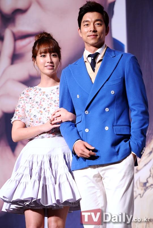 Dù không sở hữu gương mặt mĩ nam lung linh nhưng vẻ ngoài lịch lãm, mạnh mẽ cùng bờ vai rộng giúp Gong Yoo dễ dàng chinh phục trái tim của hàng loạt khán giả nữ.