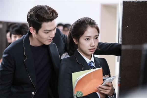 """Chắc hẳn không ít khán giả phải """"phát hờn"""" với Park Shin Hye khi được cùng một lúc sánh vai với hai bạn diễn sở hữu đôi vai rộng, săn chắc."""