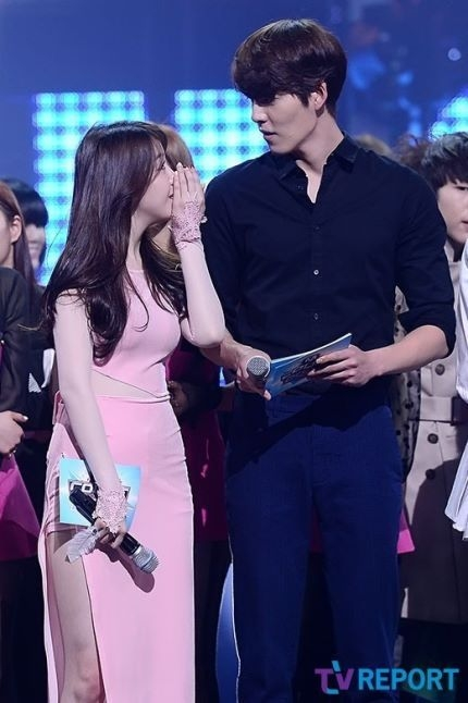 Nhìn vào thân hình săn chắc cùng bờ vai rộng của Kim Woo Bin, chắc hẳn khán giả nữ sẽ ganh tị với bạn gái anh -Shin Min Ahkhông ít vì có anh chàng người yêu quá tuyệt vời như thế này.