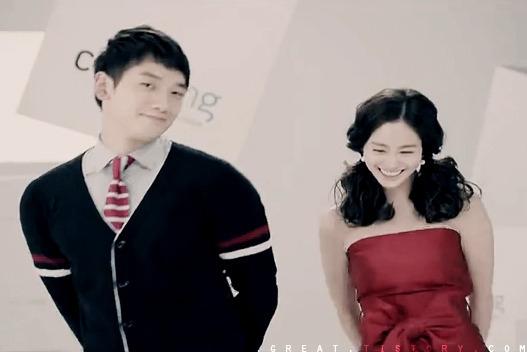 """Dù nhận về khá nhiều chỉ trích thời điểm mới công khai hẹn hò nhưng Rain và Kim Tae Hee ngày càng nhận được sự ủng hộ của mọi người. Rain """"ghi điểm"""" về mặt ngoại hình khi mang đến cảm giác sẽ bảo vệ, chở che cho nàng """"ngọc nữ"""" xứ Hàn nhờ bờ vai rộng, săn chắc."""
