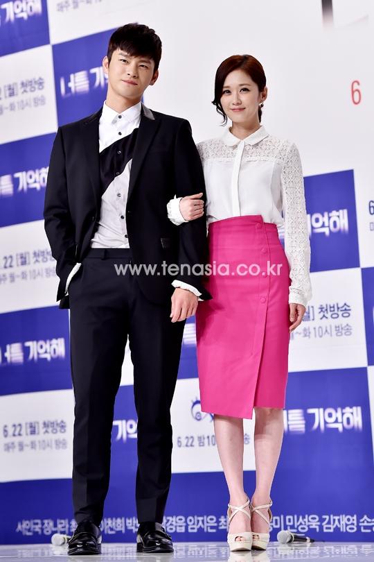 Từ khi khởi nghiệp, Jang Nara đã vô cùng đáng yêu với vẻ ngoài nhỏ nhắn. Cô trông càng nhỏ bé hơn khi đứng cạnh Seo In Guk, bạn diễn nam sở hữu đôi vai rộng tuyệt vời.