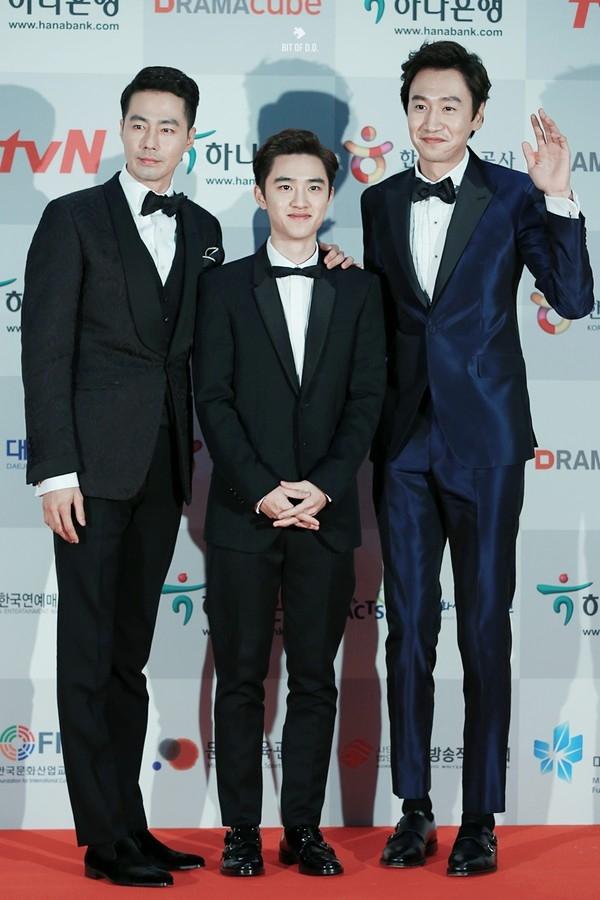 """Vẻ ngoài """"nấm lùn"""" khiến D.O. (EXO) thường xuyên bị thành viên cùng nhóm hay các ông anh thân thiết """"dìm hàng"""" chiều cao đến bờ vai nhỏ nhắn."""