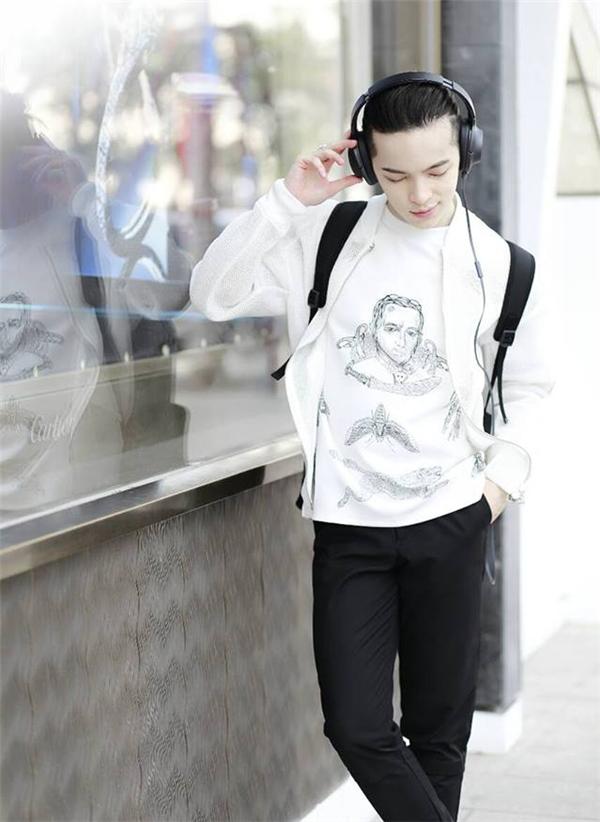 """Kelbin Lei tiếp tục minh chứng bản thân là một """"phù thủy đầy ma lực"""" với hai tông màu đen, trắng kinh điển. Diện quần đen suông đơn giản kết hợp áo phông trẻ trung, áo khoác thể thao bên ngoài, Kelbin Lei trông cực kì trẻ trung, đáng yêu bởi những họa tiết nhẹ nhàng, mềm mại cùng loạt phụ kiện đi kèm."""