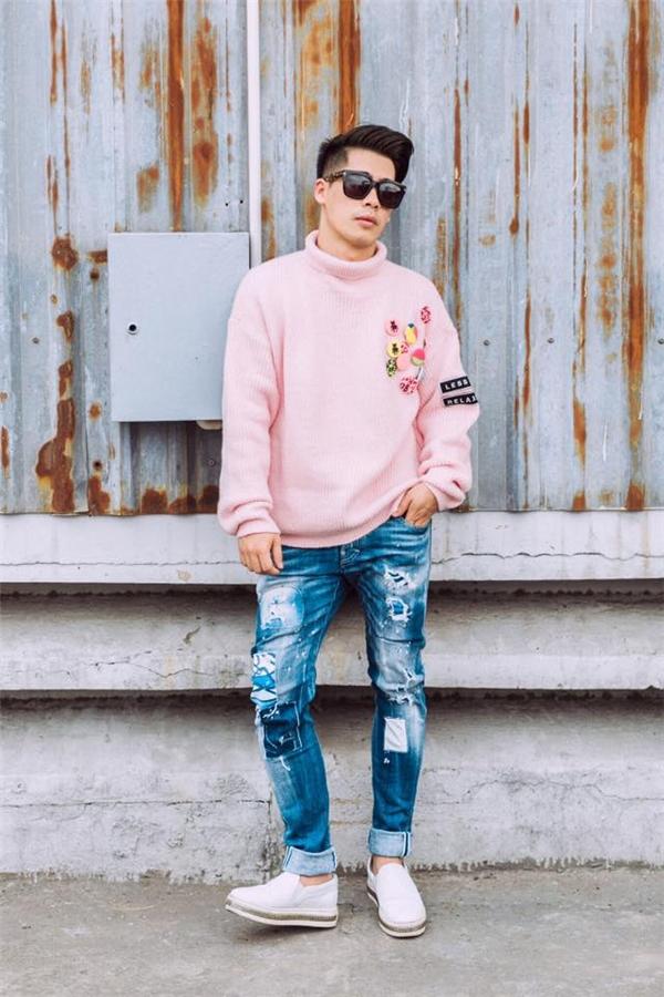 Sắc hồng đào, hồng thạch anh không chỉ gây ấn tượng với phái đẹp mà còn khiến các chàng trai đứng ngồi không yên. Với tiết trời se lạnh của miền Bắc, Travis Nguyễn chọn diện áo phông phom rộng cổ lọ với sắc hồng ngọt ngào. Chiếc áo trở nên thú vị hơn với loạt sticker đầy màu sắc. Đi kèm item trên vẫn là quần jeans, giày thể thao quen thuộc.