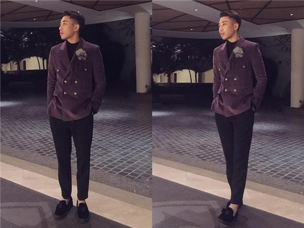 Hoàng Ku lịch lãm với vest tím kết hợp cùng cây đen đơn giản bên trong. Hai tông màu trầm mặc tôn lên sự nam tính, mạnh mẽ.