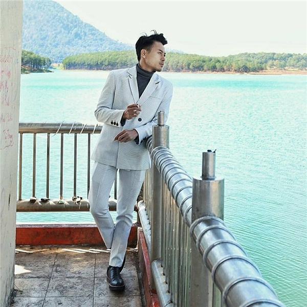 Nhà thiết kế Trương Thanh Long nam tính, lịch lãm với dáng suit truyền thống. Chất liệu độc đáocùng việc kết hợp hài hòa những tông màu trầm mặc mang đến dư vị mới mẻ.