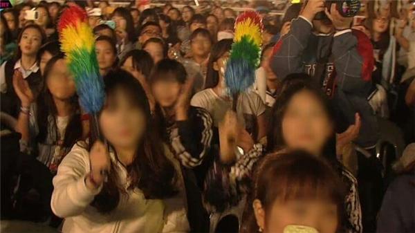 Từ khi ra mắt vào năm ngoái, Red Velvet đã nhanh chóng bắt kịp xu hướng nhuộm tóc ombre của giới trẻ khắp thế giới. Tuy nhiên, màu tóc của 4 thành viên vô tình lại trùng đúng màu của cây chổi lông gà này. Thậm chí, các fan còn hài hước mang dụng cụ làm sạch này đến cổ vũ những sân khấu trình diễn của các cô gái nhà SM.