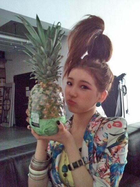 """Kiểu tóc """"xấu lạ"""" của Suzy khiến mọi người nhanh chóng nghĩ đến quả dứa."""