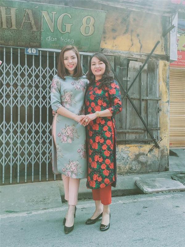 Trong ngày mùng 1 Tết vừa qua, Kỳ Duyên và mẹ cùng diện áo dài cách tân để chúc Tết họ hàng. Người đẹp 20 tuổi chọn hai tông màu xanh, hồng ngọt ngào hợp xu hướng với họa tiết hoa hồng to bản ấn tượng.