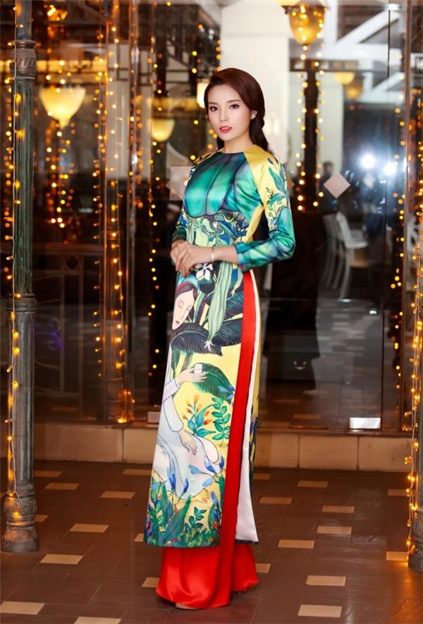Áo dài được in họa tiết đậm chất dân dã của miền quê Việt Nam.