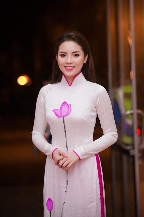 Họa tiết hoa sen được điểm xuyết khéo léo trên nền trắng thanh tao. Kỳ Duyên chọn tông trang điểm tự nhiên với điểm nhấn ở màu môi hồng đồng điệu trang phục.