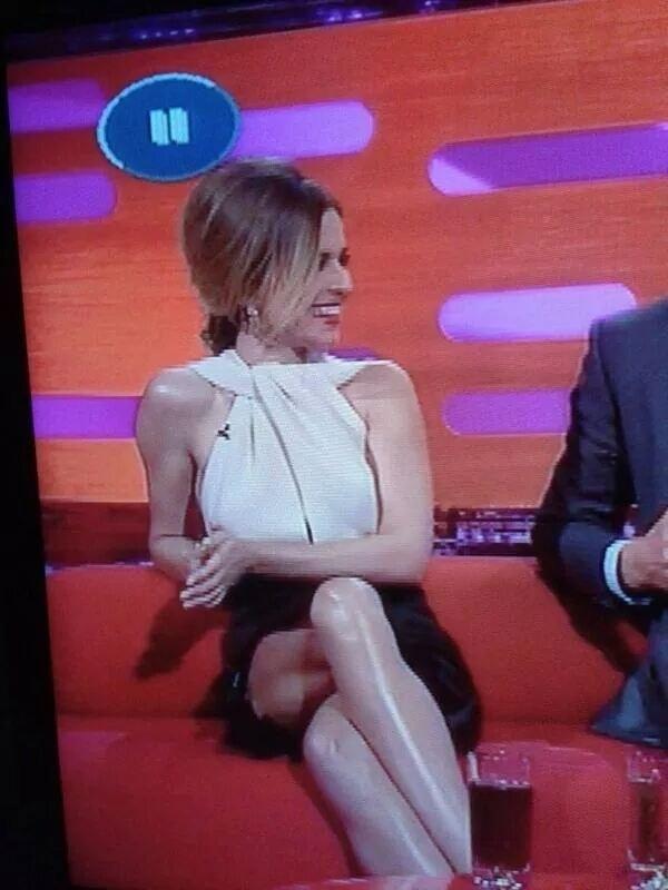 Có ai giải thích giúp tôi cấu trúc đôi chân của cô này không?(Ảnh: BuzzFeed)