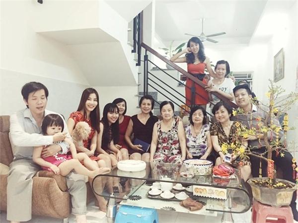 Nữ diễn viên xinh đẹp Diễm My 9x cùng mẹ đi thăm họ hàng, người thân vào những ngày đầu năm mới. Cô không quên gửi lời chúc mừng năm mới tới bạn bè và các fan. - Tin sao Viet - Tin tuc sao Viet - Scandal sao Viet - Tin tuc cua Sao - Tin cua Sao