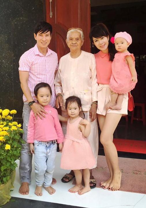 """Gia đình vàng V-biz Lý Hải - Minh Hà đưa các con về thăm nhà nội. Cả gia đình khiến fan """"mê mẩn"""" bởi set đồ tông xuyệt tông màu hồng xinh xắn. - Tin sao Viet - Tin tuc sao Viet - Scandal sao Viet - Tin tuc cua Sao - Tin cua Sao"""