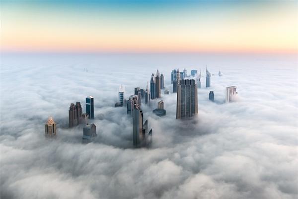 Chỉ sau 35 năm, từ một vùng đất sa mạc thưa thớt, Dubai đã trở thành điểm đến hạng sang toàn cầu. Hiện tại, Dubai đang đứng thứ 3 thế giới về số lượng cao ốc, chỉ sau Hong Kong và New York.