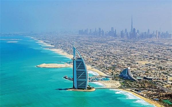 Khách sạn 7 sao duy nhất trên thế giới, Burj Al Arab Jumeirah, là niềm tự hào của người dân Dubai. N ằm trên một hòn đảo nhân tạo cách bãi biển Jumeirah gần 300 m, những căn phòng xa hoa và dịch vụ thượng hạng khiến Burj Al Arab được nhiều triệu phú, tỷ phú và người nổi tiếng chọn làm nơi nghỉ chân.
