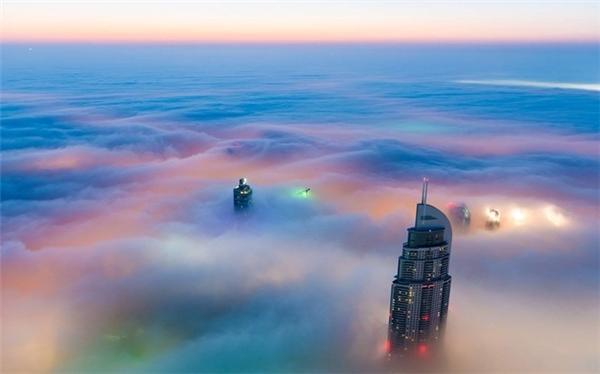 Trung tâm Dubai trong sương sớm và ánh bình minh khiến du khách có cảm giác như đang ở một hành tinh khác.