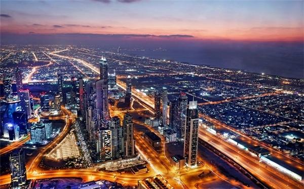 Dubai hiện có hơn 2 triệu dân sinh sống. Vào ban đêm, thành phố sáng rực ánh đèn, cuộc sống vẫn giữ nhịp điệu sôi động, hào nhoáng.