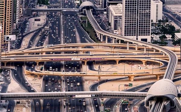 Cơ sở hạ tầng phục vụ cho việc đi lại được đầu tư mạnh. Các tuyến đường ở đây được đánh giá thuộc hàng tốt nhất thế giới.