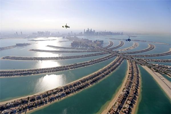 Quần đảo nhân tạo Palm là một trong những công trình cho thấy tham vọng, tiềm lực cũng như sức sáng tạo của Dubai. Khu tổ hợp này có hơn 5.000 phòng ở cạnh biển, 4.000 biệt thự, 1.000 nhà nổi, 60 khách sạn hạng sang, nhiều cảng, khu spa, trung tâm mua sắm, nhà hàng, rạp chiếu phim, các khu thể thao và nơi lặn biển.