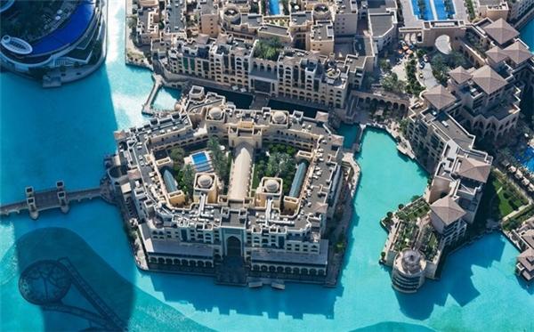 Nằm cạnh hồ nước nhân tạo có màu xanh độc đáo, khách sạn Palace Downtown cho du khách cảm giác như lạc vào thế giới Ả Rập thời xa xưa. Khách sạn này nằm ở trung tâm Dubai, gần các khu mua sắm và giải trí lớn.