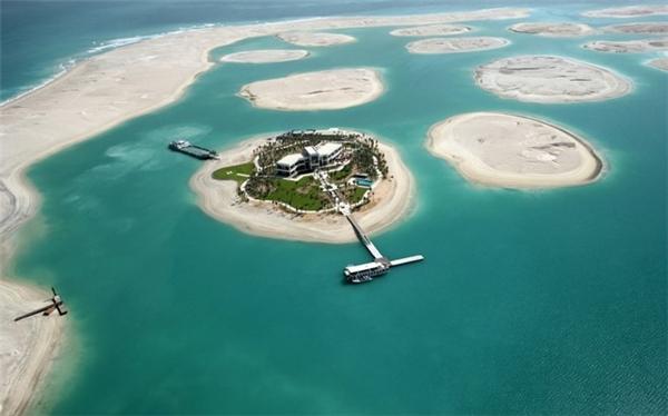 Quần đảo nhân tạo The World đang tiếp tục được xây dựng, với quy mô lớn hơn quần đảo Palm, với thiết kế mô phỏng bản đồ thế giới. Trong tương lai, đây sẽ là một khu tổ hợp nhà ở, giải trí và thương mại khổng lồ.