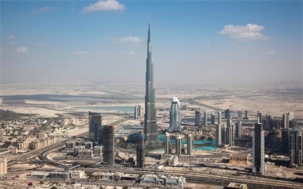 Burj Khalifa là công trình nhân tạo cao nhất thế giới. Tòa tháp 828 m được xây dựng trong 6 năm và là một trong những điểm tham quan không thể bỏ qua khi tới đây.