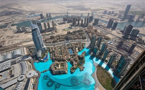 Đài phun nước dài 250 m với tia nước vươn cao 50 mvà khách sạn Downtown Dubai nhìn từ trên cao.