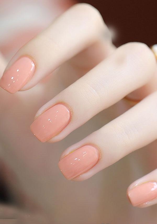 Nếu ưa chuộng sự đơn giản, màu hồng phấn ngọt ngào hay hồng cam trẻ trung sẽ giúp các cô gái vừa điệu đà nhưng không kém phần nổi bật. Cách trang trí móng này cũng cực kì đơn giản và không mất quá nhiều thời gian.