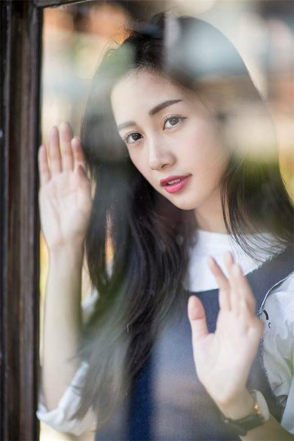 Jun Vũ cũng không hề kém cạnh với vẻ ngoài ngọt ngào như thu gọn cả khung trời mùa xuân. Mái tóc được buông xõa nhẹ nhàng cùng màu môi hồng càng tăng thêm vẻ quyến rũ.