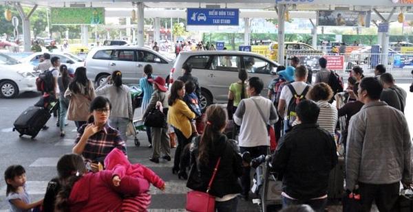 Hành khách trở lại TP.HCM tại sân bay Tân Sơn Nhất