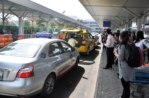 Hành khách xếp hàng chờ đón taxi tại sân bay Tân Sơn Nhất