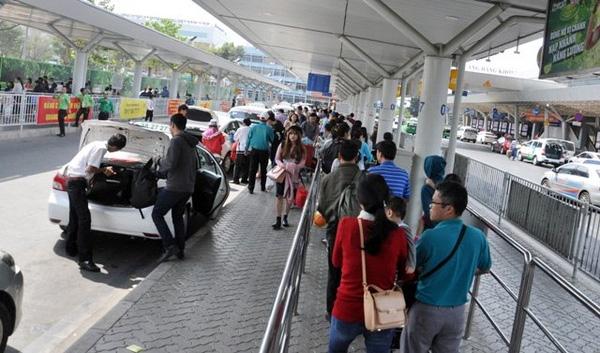 Tại đây, có rất đông lực lượng an ninh của sân bay cũng như lực lượng công an làm nhiệm vụ điều tiết giao thông nên dù đông nhưng không xảy ra tình trạng ùn ứ.