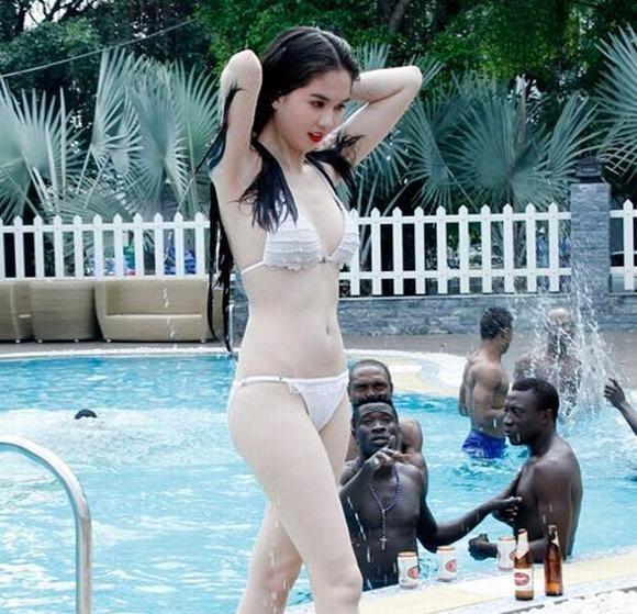 """Ngọc Trinh từng xuất hiện """"chớp nhoáng"""" trong bộ phim """"HIT: Hoàng tử và lọ lem"""" củađạo diễn Ngô Quang Hải. """"Nữhoàng đồ lót"""" xuất hiện với vai diễn rất ngắn ngủi tạibể bơi. Cô mặc bikini gợi cảm, khoe làn da trắng ngần và bavòng quyến rũtrước ánh nhìn khát khao của phái mạnh. - Tin sao Viet - Tin tuc sao Viet - Scandal sao Viet - Tin tuc cua Sao - Tin cua Sao"""