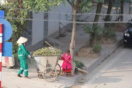 Bé cùng mẹ quét rác ngày Tết khiến cộng đồng mạng xúc động mạnh