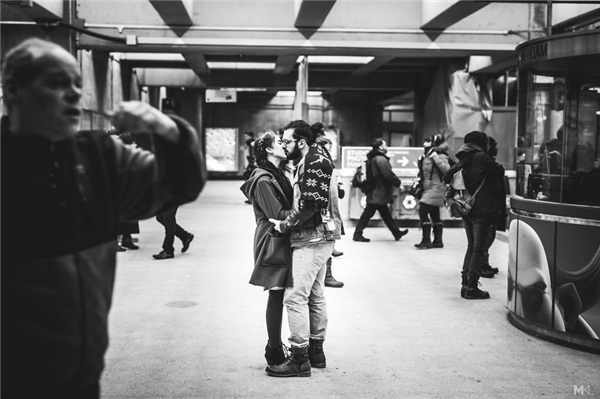 Thời gian và không gian như dừng lại cùng những chiếc hôn vội. (Ảnh:Mikaël Theimer)