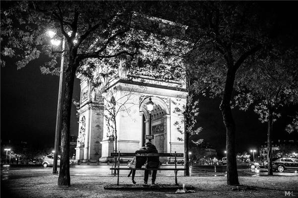 Bức ảnh này được chụp 1 tuần sau vụ thảm sát Paris gây chấn động thế giới, chứng tỏ được một điều rằng:trên tất cả mọi tội ác và đau đớn, tình yêu vẫn chiến thắng.(Ảnh:Mikaël Theimer)