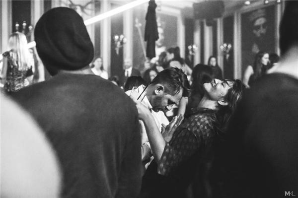 Giữa đám đông xô bồ trong một hộp đêm, họ là của nhau.(Ảnh:Mikaël Theimer)