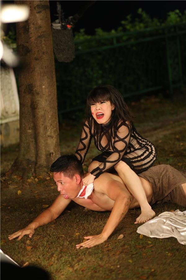 """Cả hai đã có những màn """"đụng chạm"""" đầy oái oăm, làm khán giả vô cùng tò mò rằng điều gì khiến Việt Hương liên tục siết cổ Bình Minh khiến anh thè lưỡi khổ sở."""
