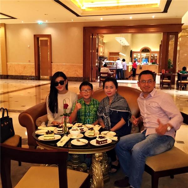 Mĩ nhân V-biz cùng bố mẹ và em trai có cơ hội thưởng thức bánh dát vàng tại khách sạn 8 sao xa xỉ nhất thế giới. - Tin sao Viet - Tin tuc sao Viet - Scandal sao Viet - Tin tuc cua Sao - Tin cua Sao