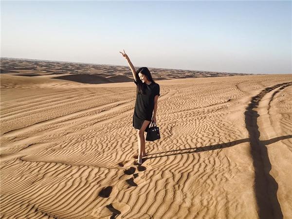 Huyền My tỏ ra vô cùng thích thú khi được chiêm ngưỡngxa mạc rộng lớn. - Tin sao Viet - Tin tuc sao Viet - Scandal sao Viet - Tin tuc cua Sao - Tin cua Sao