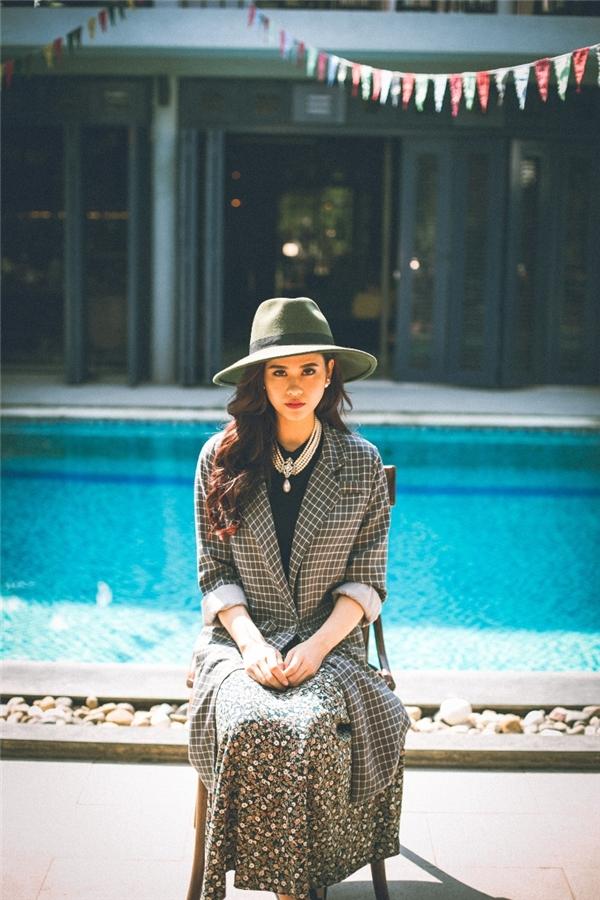 Lựa chọn trang phục và phụ kiện phù hợp, người đẹp hệt như một tiểu thư đài các lạnh lùng, bí ẩn. - Tin sao Viet - Tin tuc sao Viet - Scandal sao Viet - Tin tuc cua Sao - Tin cua Sao