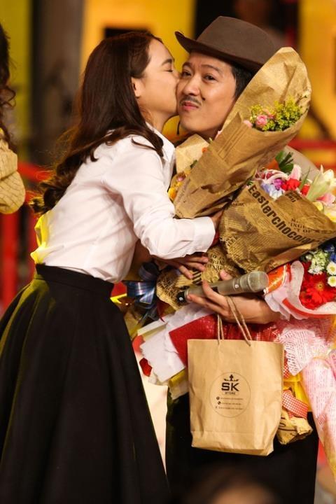 Trong hai đêm họp báo liveshow của Trường Giang, Nhã Phương đều đến ủng hộ anh. Cô còn lên sân khấu tặng hoa chúc mừng và ôm hôn Trường Giang trước sự chứng kiến của nhiều người có mặt tại sự kiện. - Tin sao Viet - Tin tuc sao Viet - Scandal sao Viet - Tin tuc cua Sao - Tin cua Sao