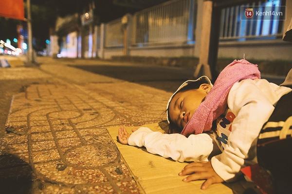 Bé My ngủ ngon lành bên vỉa hè đường Phan Đăng Lưu, trước cổng bệnh viện.
