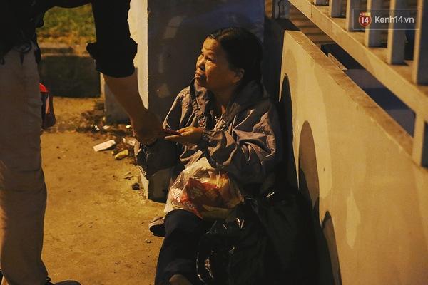 Không chỉ có bao lì xì, một số nhóm từ thiện còn tặng phần quà bánh đầy ắp không khí Tết.