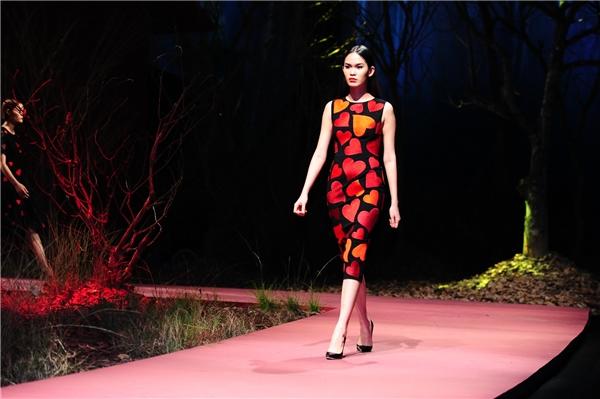 Sắc đỏ, cam nồng nàn, nổi bật như thu gọn cả khung trời mùa xuân trên váy áo. Kích thước của những họa tiết đa dạng giúp tổng thể trông vẫn thanh thoát, nhẹ nhàng mặc dù trái tim được phủ đầy nền vải.