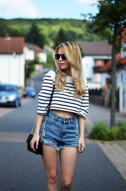 Những chiếc quần có độ dài trung bình vẫn tôn lên nét quyến rũ, trẻ trung của các cô gái.